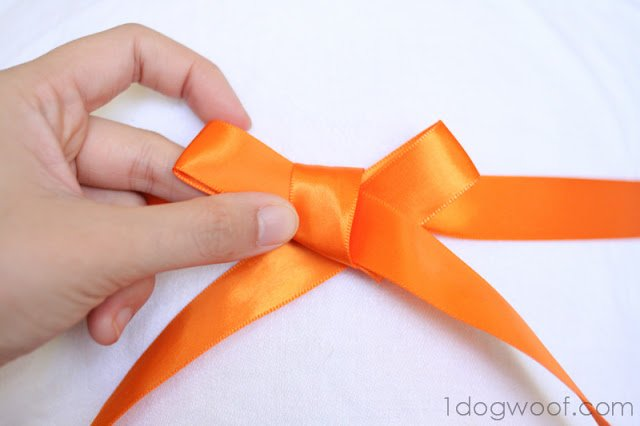 How to Make a Basic Bow Out of Ribbon